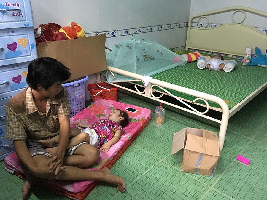 Em bé vừa chào đời đã mất mẹ, nằm bơ vơ trong phòng trọ nghèo