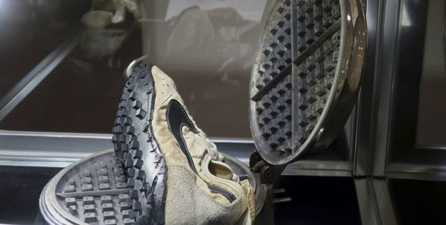 Giày cũ nát như đồ bỏ đi, đại gia chi 10 tỷ đồng mua về