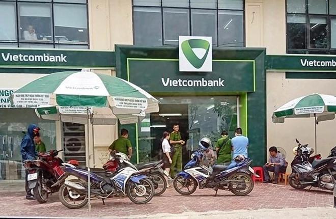 Thanh niên bịt mặt lao vào ngân hàng ở Thanh Hóa dùng súng uy hiếp nhân viên