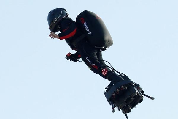 Vượt eo biển không thành, 'chiến binh bay' rơi tõm xuống nước