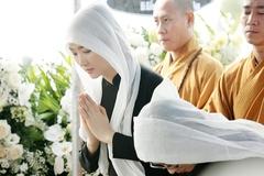 Hoa hậu Giáng My bật khóc trong đám tang của bố