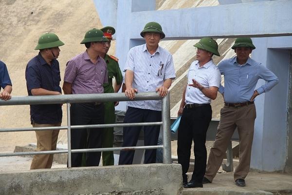 Nước hồ chuyển màu, Phó chủ tịch Hà Tĩnh vô tư rửa mặt