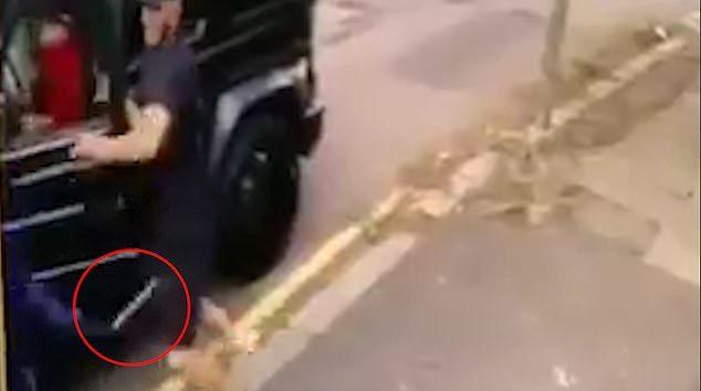 Cướp táo tợn dùng dao tấn công Ozil và đồng đội