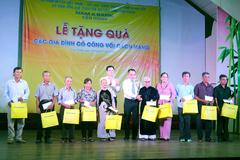 Nam A Bank Tiền Giang tặng quà Mẹ Việt Nam anh hùng