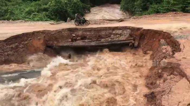 Khoảnh khắc cầu sập, nước lũ 'nuốt chửng' người đi xe máy