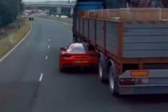 Vén màn sự thật video xe Ferrari lao qua gầm xe tải trốn cảnh sát