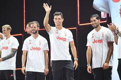 Ronaldo gây sốt khoe áo đấu mới Juventus
