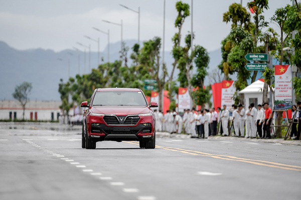 VinFast chuẩn bị bàn giao 200 xe Lux cho khách hàng