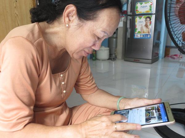 Năm 2015, nghe nhiều người tìm được người thân thông qua mạng xã hội, bà Muối cũng lập một trang facebook, mua chiếc ipad, nhờ cháu chỉ cách sử dụng để có thể đăng thông tin tìm con, nhờ cộng đồng mạng giúp đỡ. Ảnh: Tú Anh.