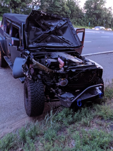 Lốp xe lăn như bay trên cao tốc làm vỡ đầu xe Jeep