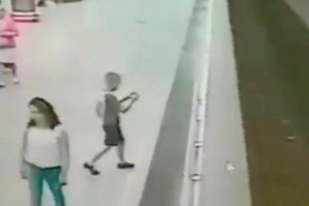 Mải chơi game, bé trai hụt chân ngã xuống đường ray điện