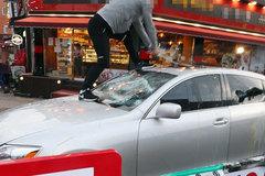 Người Hàn Quốc tự tay đập xe Lexus, xin lỗi vì đã mua ôtô Nhật Bản