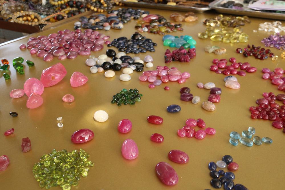 Nhóm người ôm trọn 3,5 tỷ đồng từ một viên đá thô xù xì