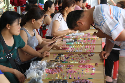 Bất ngờ những món hàng nhỏ xíu giá tiền tỷ trong khu chợ quê ở Yên Bái