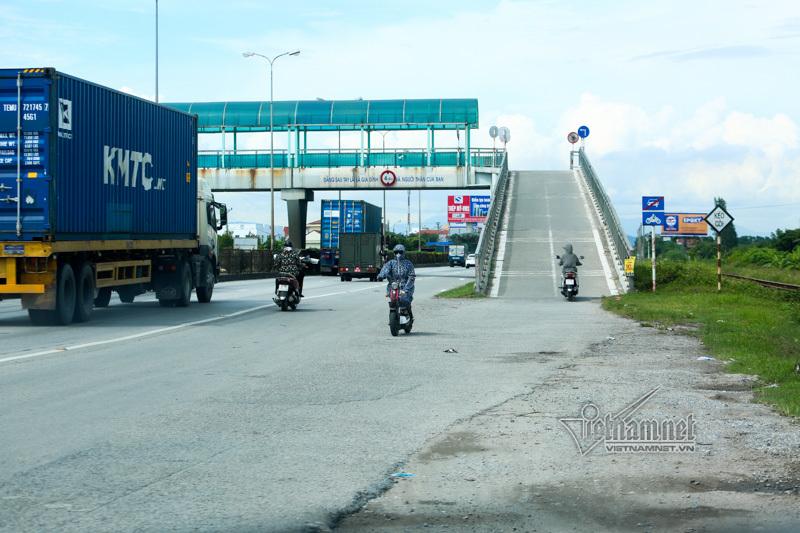 Kệ lệnh cấm, xế hộp phi lên cầu vượt quốc lộ 5 cho tiện