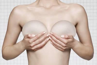 Chị em sau phẫu thuật nâng ngực đi máy bay có lo bung, vỡ?
