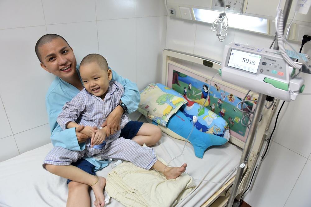 Người mẹ Quảng Nam cạo đầu để cùng con chiến đấu với ung thư