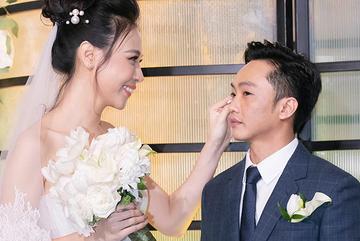 Đàm Thu Trang ân cần chăm sóc Cường Đô La trong lễ cưới