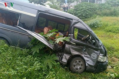 Xe chở công nhân tông xe limousine bay xuống hố