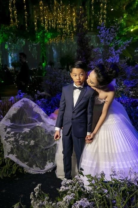 Cường Đô La khóc, hôn Đàm Thu Trang trong lễ cưới