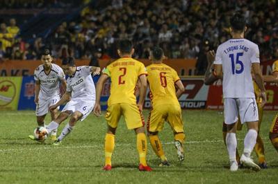 """Xuân Trường hồi sinh, mãn nhãn """"chung kết sớm"""" V-League"""