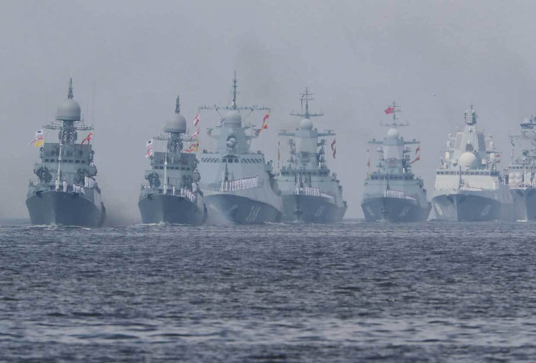 Tàu ngầm, tàu chiến Nga diễu hành hoành tráng trên biển