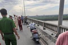 Cô gái trẻ để lại xe máy rồi gieo mình xuống sông Hồng tự tử