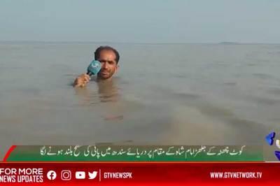 Phóng viên ngoi ngóp đưa tin ở nơi nước ngập tới cổ