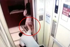 Đi cùng thang máy với kẻ biến thái, cô gái bị vén váy nhìn trộm mà không biết gì