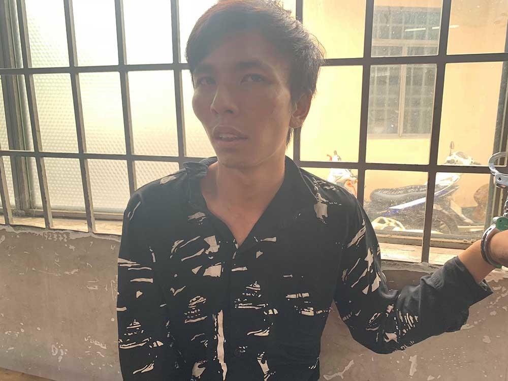 Tài xế GrabBike giằng co, quật ngã tên cướp có dao ở Sài Gòn