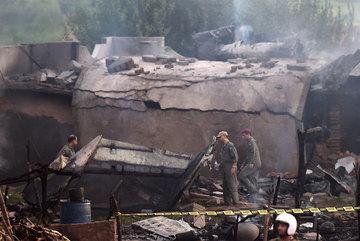 Máy bay quân sự Pakistan rơi vào khu dân cư, 17 người chết
