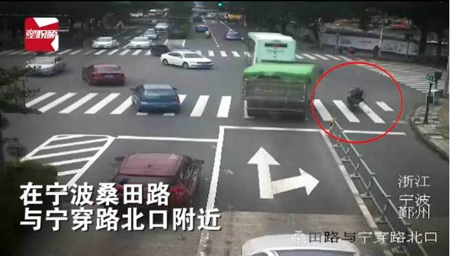Video kinh hoàng ôtô chẹt vào đầu vẫn sống