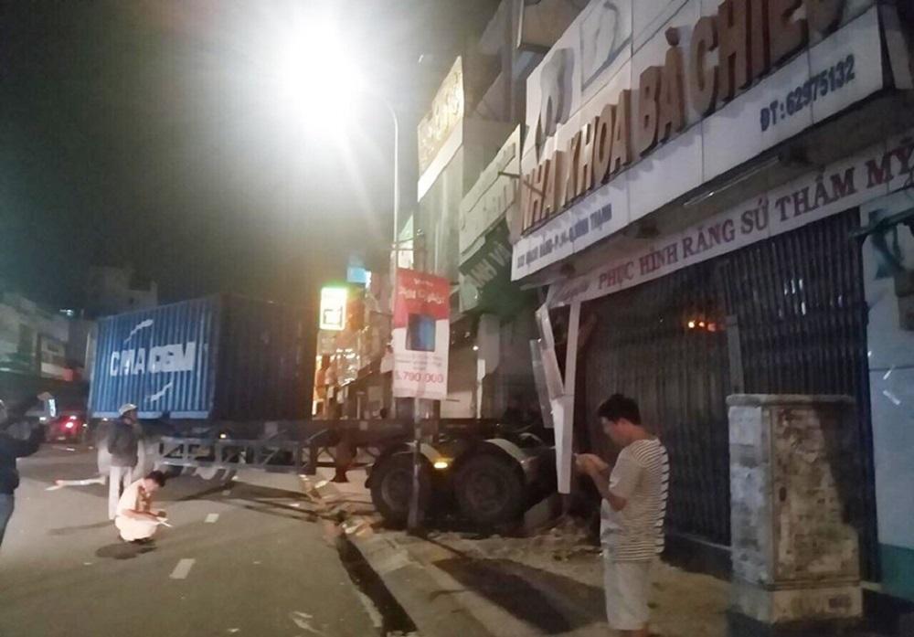 Xe container lao xuyên thủng nhà dân ở Sài Gòn, nhiều người mắc kẹt