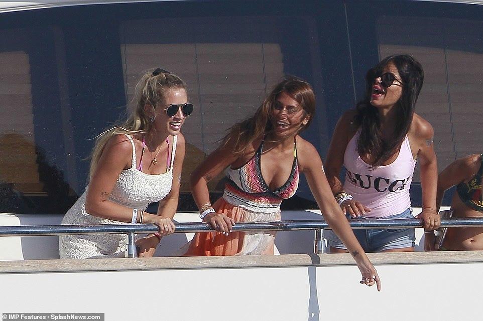 Messi cùng vợ nóng bỏng đi nghỉ mát với nhà Suarez, Fabregas