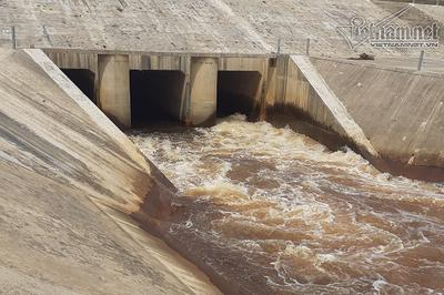 Diễn biến bất ngờ vụ nước kênh ở Hà Tĩnh chuyển màu, bốc mùi