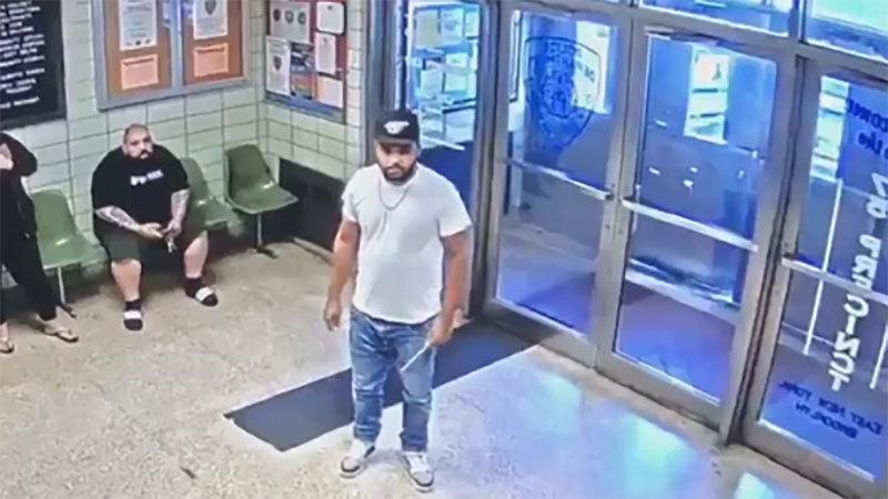 Video cảnh sát Mỹ hạ gục đối tượng cầm dao xin chết