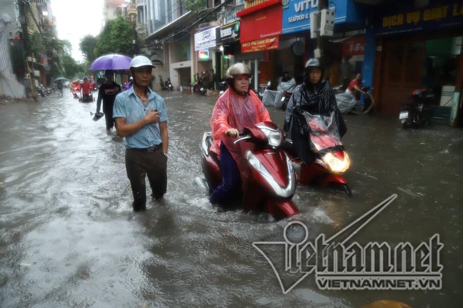 Hà Nội mưa cực to, xe máy chìm nghỉm trong biển nước