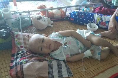 Bé 2 tuổi đau đớn quằn quại vì bệnh nặng