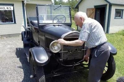 Cụ ông 87 tuổi cầm lái bán tải Ford suốt 70 năm