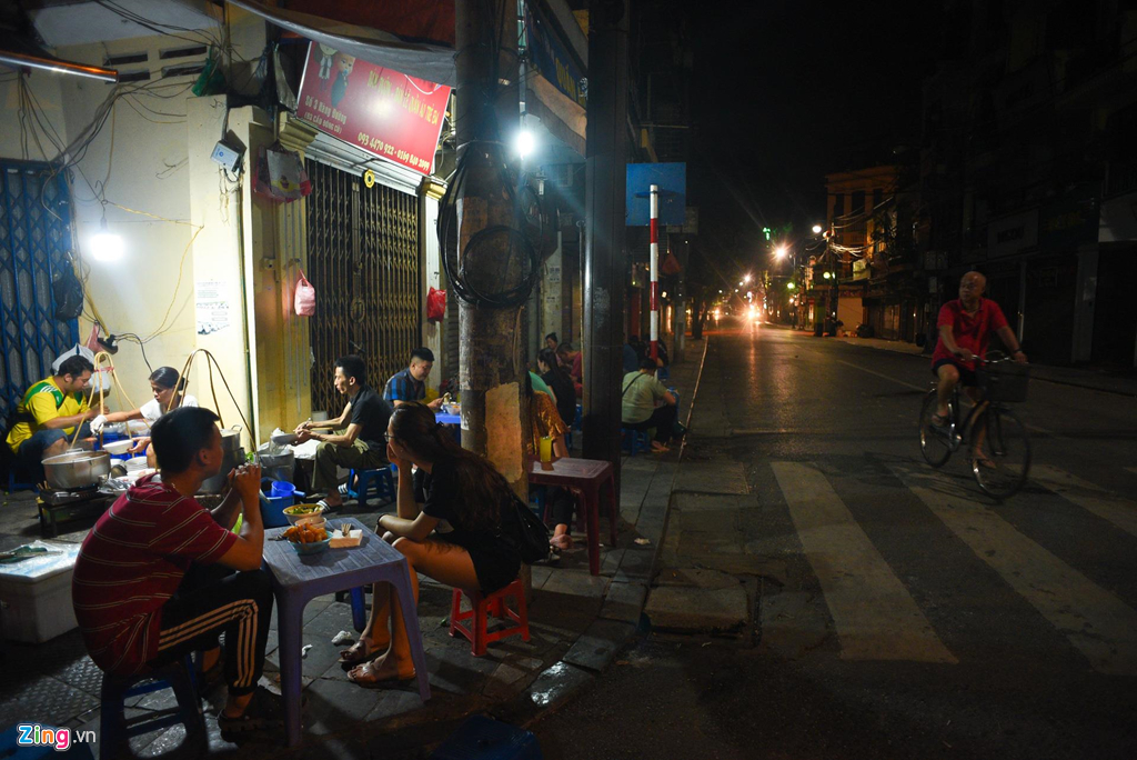 Gánh phở bò sốt vang 30 năm tại Hà Nội chỉ bán từ 3h sáng