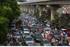 Xe buýt chết máy giữa đường giờ cao điểm, dân công sở Hà Nội nhích từng cm