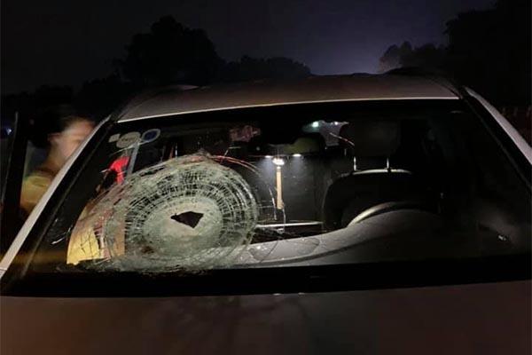 Mercedes trúng đá tảng trên cao tốc Hà Nội - Thái Nguyên, nữ tài xế bị thương