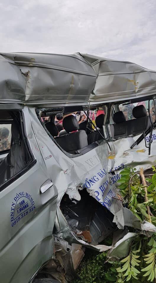 Hiện trường tàu hỏa tông ô tô 16 chỗ 3 người chết ở Bình Thuận