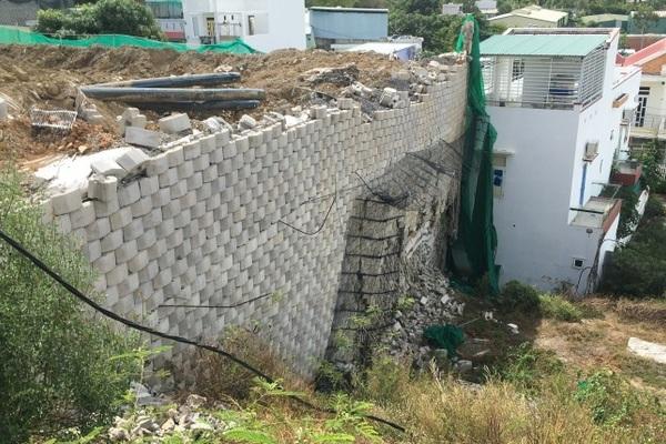 Cận cảnh quá trình dỡ bức tường 'khổng lồ' trên đầu nhà dân