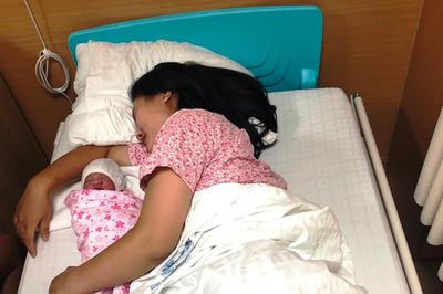 Cô gái 21 tuổi đẻ rơi con gái 3,2kg trên taxi