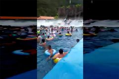 Kinh hoàng sóng thần đột ngột xuất hiện ở công viên nước