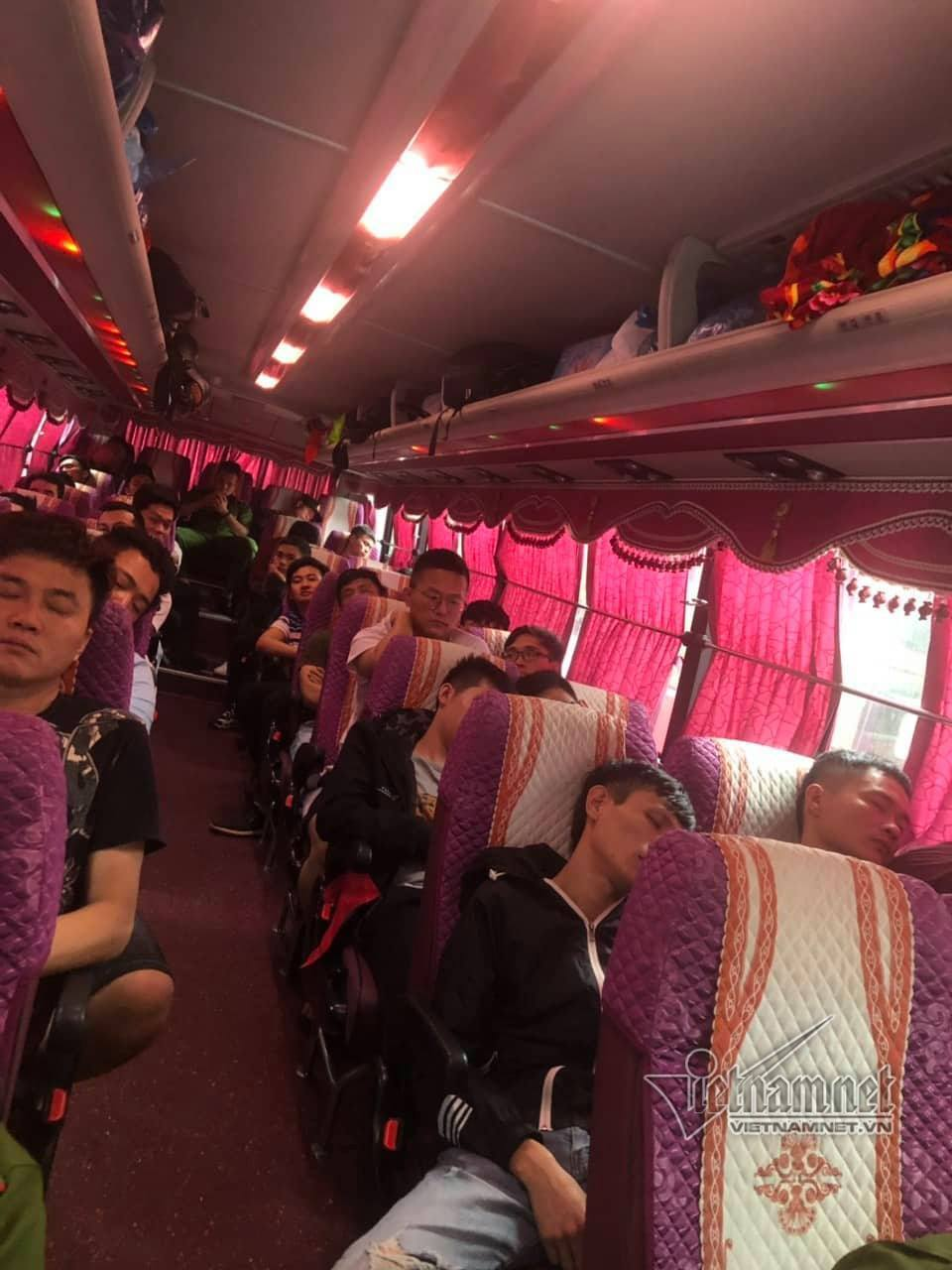 Cuộc dẫn độ lúc mờ sáng, đưa 395 người Trung Quốc về bên kia biên giới