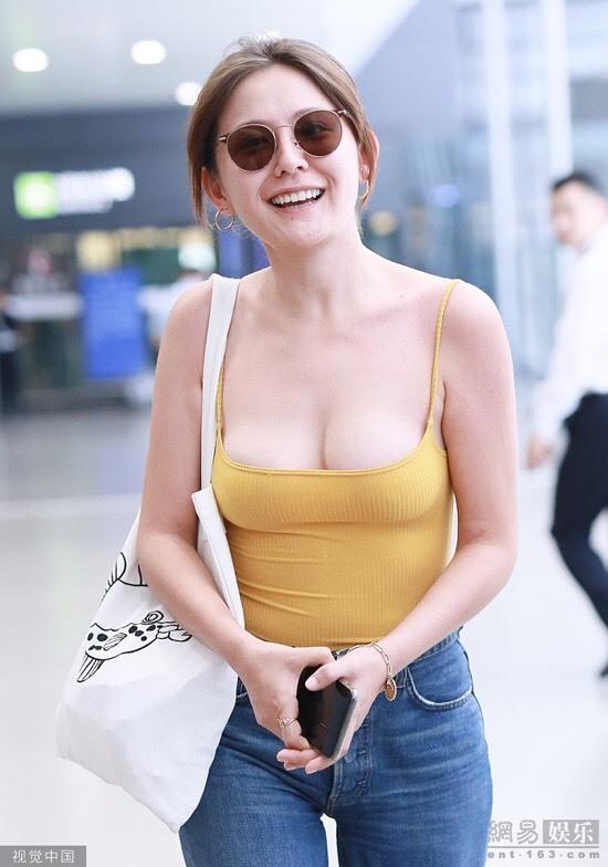 Mỹ nhân Tân Cương gây tranh cãi vì mặc hở ở sân bay
