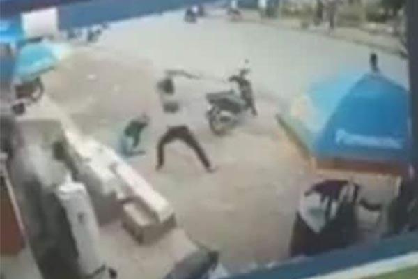 Bảo vệ siêu thị điện máy bị chém nguy kịch ở Hà Nội