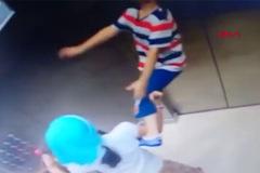 Clip bé trai dắt dây đột ngột bị treo cổ trong thang máy